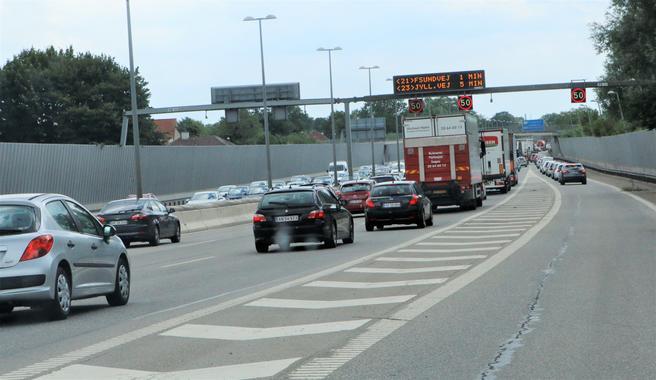 Mobil ved rattet. «Uoppmerksomhet er en vesentlig årsak til trafikkulykker», sier transportminister Benny Engelbrecht. Illustrasjonsfoto: F. Dahl