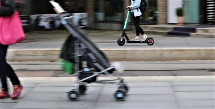 Elsparkesykkel. I løpet av kort tid er elsparkesykkelen blitt en del av bybildet. Foto: F. Dahl