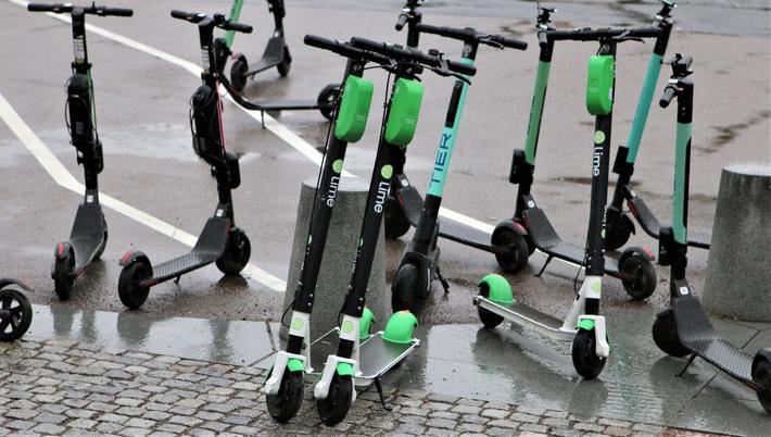 Elsparkesykler. «Våre data tyder på at jo flere elsparkesykler en aktør har plassert ut i Oslo, desto mer brukes hver sykkel. I treukersperioden vi har analysert, har gjennomsnittlig antall turer per sykkel per dag ligget rundt syv», skriver artikkelforfatterne. Illustrasjonsfoto: F. Dahl