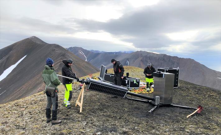 Skipsovervåking, Svalbard. Den første av de nye basestasjonene, som er utviklet av Kongsberg Seatex, blir installert etter å være transportert til stedet med helikopter. Foto: Kystverket/Anne Grethe Nilsen
