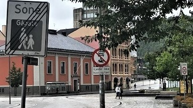 Slurv med trafikkskilt og vegoppmerking. Mangel på harmoni mellom skiltene, et eksempel fra Drammen. Foto: Bjørn Skaar
