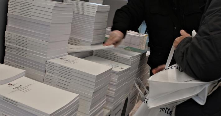 Statsbudjett 2020. Forslaget til statsbudsjett finnes ikke bare digitalt. Mange hender hentet papirutgaver i regjeringskvartalet i formiddag. Foto: Samferdsel.