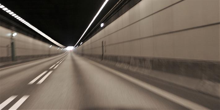 Streknings-ATK, Danmark. Her i den fire kilometer lange Øresundstunnelen har det ifølge det danske transportdepartementet vært «en rekke meget alvorlige ulykker som følge av for høy fart.» Foto: F. Dahl. a