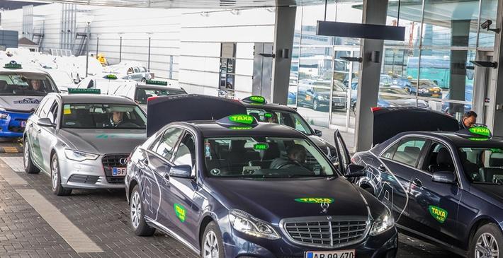 Danske elbil-taxier. Også taxibransjen bør bidra til en grønnere dansk transportsektor, mener Danmarks transportminister. Illustrasjonsfoto: Ulrik Jantzen