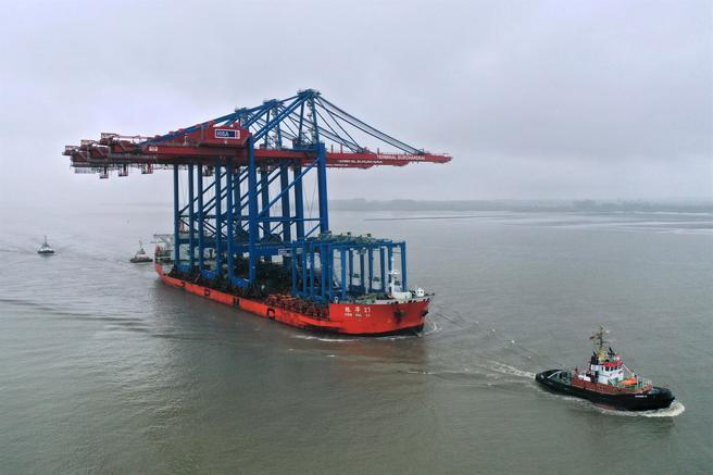 Containerkraner, Hamburg. De tre kranene kom til Hamburg – om bord i spesialskipet «Zhen Hua 27» – etter en nær åtte uker lang sjøreise fra leverandøren ZPMC i Kina. Foto: HHLA / Dietmar Hasenpusch