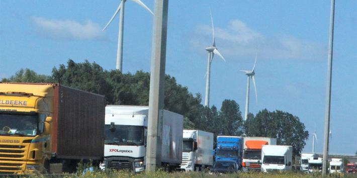 Trafikkork, Nederland. Det kan bli vel trangt om plassen på store trafikkårer I Nederland. Foto: F. Dahl