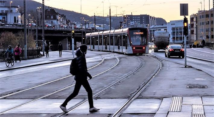 Bybanen, Bergen. Bybanen, en aldeles naturlig del av bybildet. Foto: Trygve E. Solheim