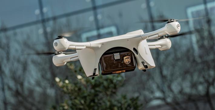 Drone,  levering. Kanskje en drone – istedenfor et bud i varebil eller på sykkel. Foto: UPS
