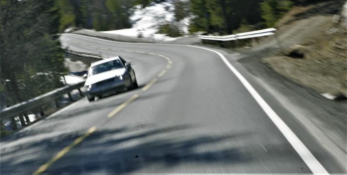 Trafikksikkerhet, farlige svinger. Rune Elvik skriver: «Vårt kurverike vegnett holder førerne våkne og farten nede. Begge deler er en fordel for trafikksikkerheten.» Foto: F. Dahl