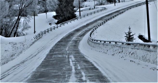 Vinterføre, strøing, salting. «Slutt å salte på snøføre/godt vinterføre. Strø uten salt!», skriver innsenderen. Illustrasjonsfoto: Samferdsel