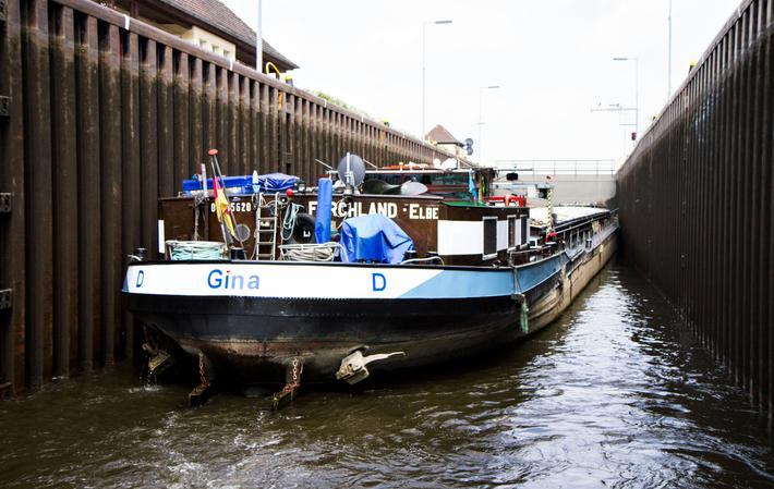 Vannveier, Tyskland. Lekteren «Gina» på vei gjennom slusen Wusterwitz på Elbe-Havel-kanalen.