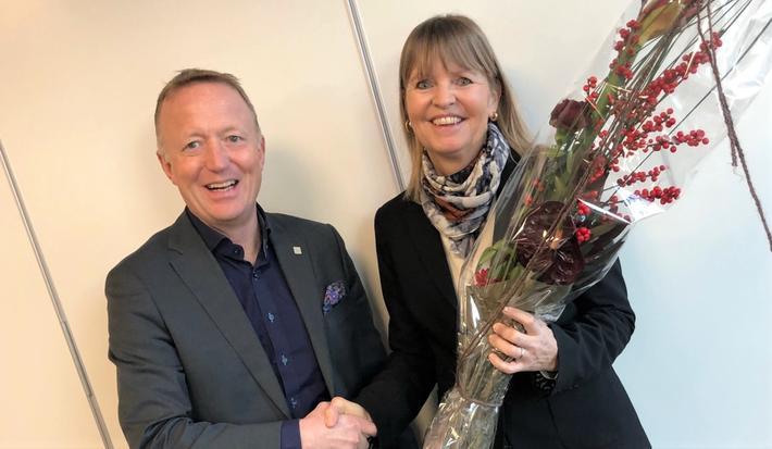 Nye Veier, ny sjef. Harald V. Nikolaisen, styreleder, gratulerer Anette Aanesland med toppsjefjobben. Foto: Nye Veier