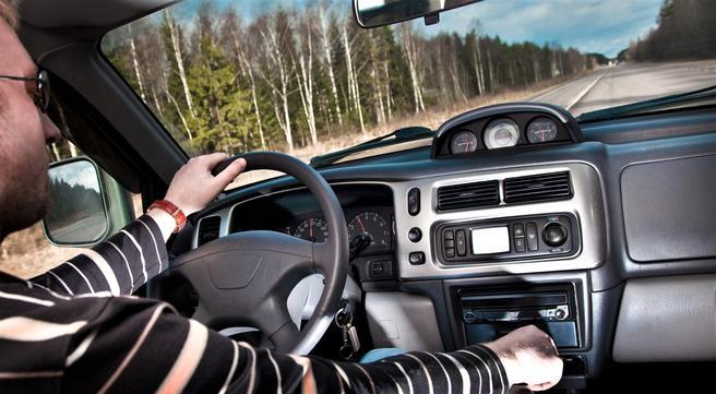 Ved rattet,mobiltelefon, radio. «En lite påaktet fordel med å ha tilgang til mobiltelefon mens en kjører er at sjåførene kan gi beskjed dersom de blir forsinket til avtaler», skriver artikkelforfatterne. De ser at sjåførene dermed kan bli mindre stresset, med den følge at de kjører saktere – til fordel for trafikksikkerheten.        Illustrasjonsfoto: Andrey Armyagov /Scandinavian Stockphoto