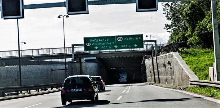 Solceller, Limfjordstunnelen. Solceller i hver ende av tunnelen – et aldri så lite bidrag til danskenes grønne omstilling. Foto: Ulrik Jantzen.