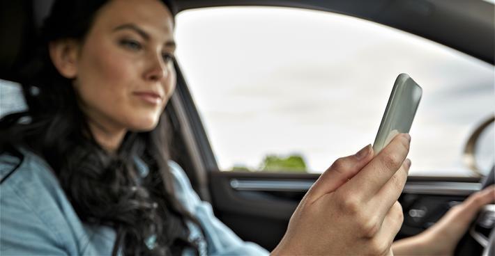 Mobiltelefon, trafikkulykker. «Hvis trafikksikkerhet var det viktigste, burde all bruk av mobiltelefon i bil forbys», skriver artikkelforfatteren. Illustrasjonsfoto: Syda Productions /Scandinavian Stockphoto