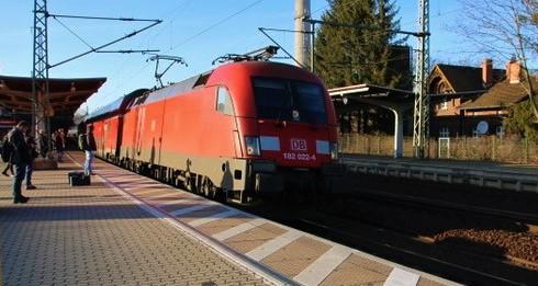 Jernbane tyskland. Deutsche Bahn frakter årlig mer enn 2,4 milliarder reisende med regional- og lokaltog. Mens DB holder sin sterke stilling på langdistansetog, tar private jernbaner stadig mer trafikk regionalt og lokalt. I første halvår 2019 hadde privatbanene (såkalte NE-tog, - Nichtbundeseigene Eisenbahn) en markedsandel på 33,1 prosent regionalt og lokalt.
