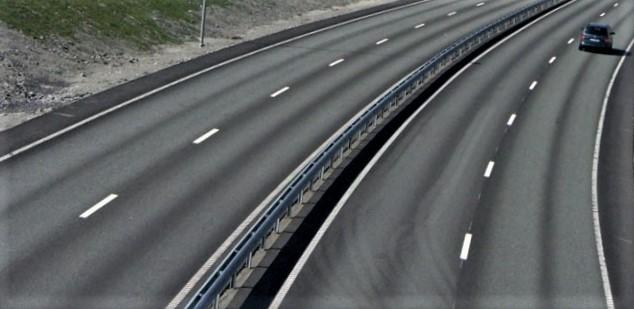 Trafikksikkerhet, analyser. Rune Elvik viser til at Statens vegvesen, på oppdrag fra Samferdselsdepartementet, har utredet å øke fartsgrensen fra 110 til 120 km/t på motorveger – og konkludert med at det vil være samfunnsøkonomisk lønnsomt på deler av motorvegnettet. «Dette er, så langt jeg vet, første gang en offentlig myndighet i Norge sier at fordelene ved å gjennomføre et tiltak som gir flere skadde og drepte i trafikken er større enn ulempene», skriver Elvik. Foto: J. Ådnanes / Trygg Trafikk