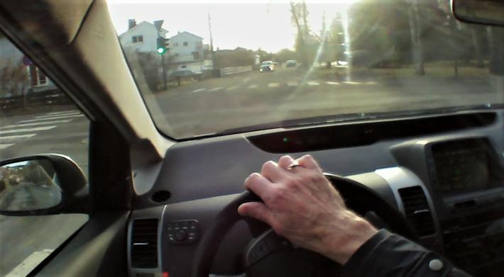 Trafikksikkerhet, blindsoner foran. «Trafikklyset har akkurat skiftet til grønt, og vi begynner å kjøre. Det ser ut til å være klart for å svinge til venstre», skriver artikkelforfatterne. Men så, da bilen var kommet i bevegelse, dukket det opp en person i gangfeltet, og så enda en person … Foto: Klipp fra TØI-video