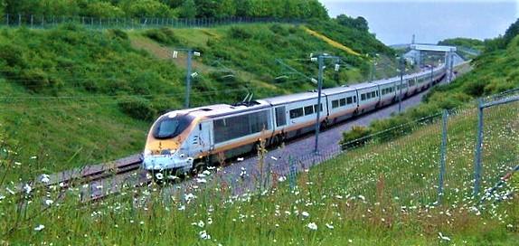 Høyhastighetstog, Storbritannia. High Speed 2 (HS2) er en høyhastighetsbane som etter planen skal forbinde London med Birmingham, East Midlands, Manchester og Leeds. Den vil bli Storbritannias andre høyhastighetsbane etter High Speed 1 (bildet), som knyttet London til Kanaltunnelen i sør da banen åpnet i 2003. Foto: ClemRutter./Wikimedia Commons