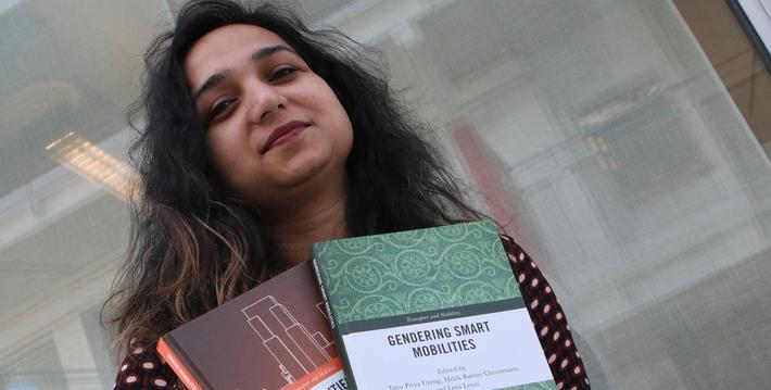 Smart mobilitet, forsker ved TØI. Tanu Priya Uteng med to av de tre fagbøkene hun har vært hovedredaktør av, og som med ulike innfallsvinkler dreier seg om menneskers mobilitet. Foto: F. Dahl