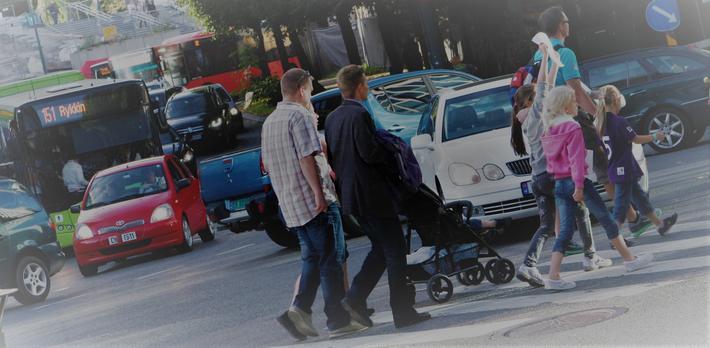 Selvkjørende biler. «Det er ennå ikke funnet gode løsninger på hvordan selvkjørende biler skal samhandle med gående og syklende», skriver Rune Elvik. Illustrasjonsfoto: F. Dahl.