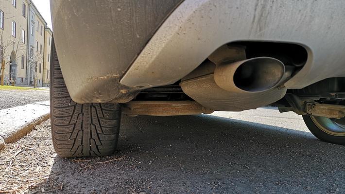Forurensing, transport. «Transportaktivtetene forurenser gjennom eksosutslipp, og for vegtrafikk oppstår forurensing også fra slitasje på dekk og bremser og oppvirvling av vegstøv», skriver artikkelforfatteren. Illustrasjonsfoto: Paal Brevik Wangsness