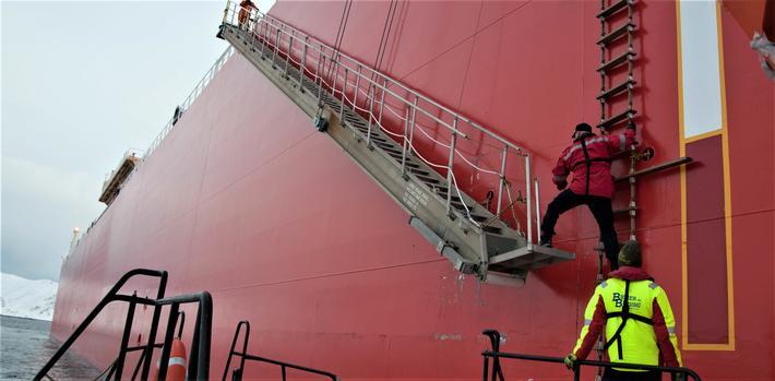 Lostjenesten, 300-årsfeiring. En los klatrer om bord. Foto: Anders Røeggen/Kystverket
