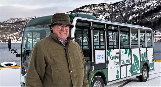 Elektriske turistbusser i Bergen. Administrerende direktør Arthur Kordt i European Cruise Service foran en av selskapets nye batteridrevne minibusser.