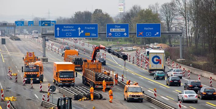 Autobahn, fri fart? Det bygges og bygges på tyske Autobahn. Motorveier med tre felt i hver kjøreretning bygges ut til 4+4. Foto: Straßen.NRW