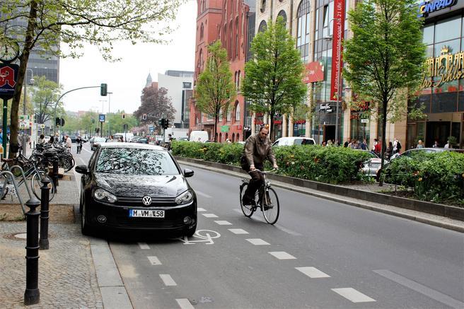 Økte trafikkbøter, Tyskland. Blant de mange forseelser som nå medfører bøter på 50, 60, 70, 80 og flere euro er parkering på fortau og i sykkelfelt.