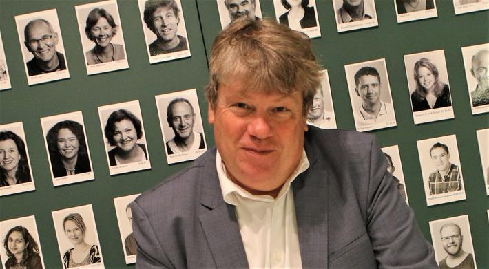 TØI-sjefen slutter. Gunnar Lindberg, her med noen TØI-medarbeidere på veggen bak seg: «Den mest spennende måten å finne noe nytt på er å kaste seg ut i det ukjente.» Foto: F. Dahl