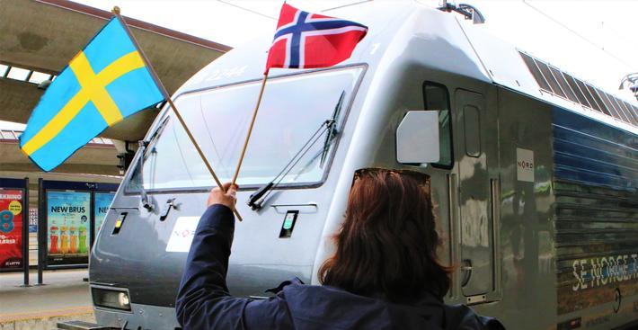 SJ Norge i gang. Blant dem som uformelt ønsket velkommen da svenske SJ rullet inn på Oslo S, var Ingrid Kalstad-Sjødalstrand, tidligere lokfører i Vy, nå lokfører i SJ. Foto: F. Dahl