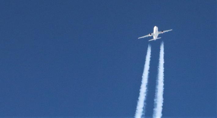 Luftfart, klima, korona. «Flere rammebetingelser i luftfarten (…) har bidratt til et kunstig høyt trafikkomfang, særlig for utenlandstrafikken», skriver Holger Schlaupitz. Illustrasjonsfoto: Flemming Dahl