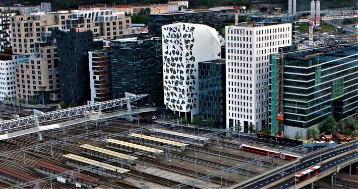 Kontorer, boliger, Barcode. Einar Spurkeland ser for seg at store kontorblokker i sentrum vil være utdatert. «Folk vil stille større krav til arbeidsplassen og ikke se poenget med å sitte tett i tett, heller ikke med å bo tett i tett.» Illustrasjonsfoto: F. Dahlblokker