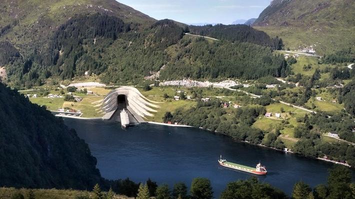 Skipstunnel. Slik forestiller Kystverket seg at skipstunnelen gjennom Stadlandet vil se ut. Her inngangen ved Kjøde innerst i Vanylvsfjorden. Illustrasjon: Kystverket/Snøhetta.
