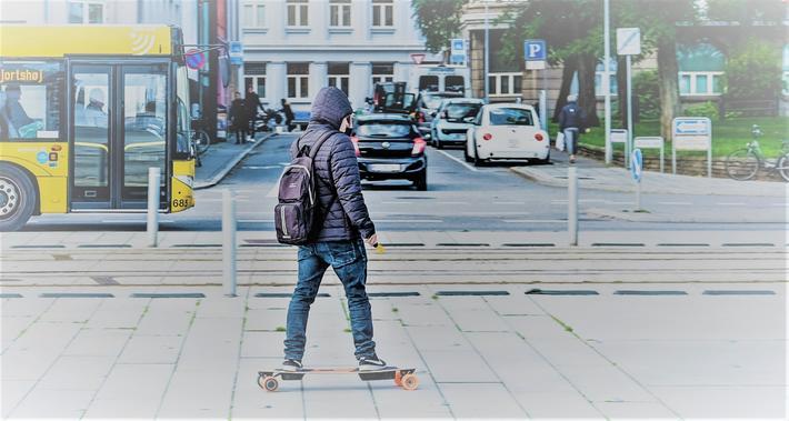 Elrullebrett og ståhjulinger. I Danmark har det siden januar 2019 som en forsøksordning vært lov å kjøre på elektrisk rullebrett i offentlig trafikk, mens dette ble lov i Norge fra april 2018. Den typiske bruker i Danmark er en ung mann på 18–30 år. Foto: Via Trafik