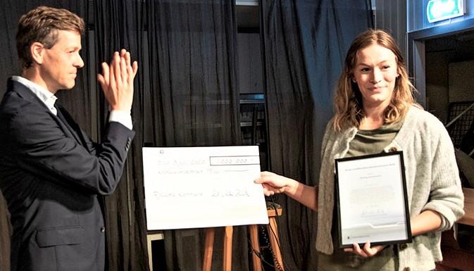 Trafikksikkerhet, pris. Samferdselsminister Knut Arild Hareide overrekker prisen til ordføreren i Rollag, Viel Jaren Heitmann. Foto: Samferdselsdepartementet