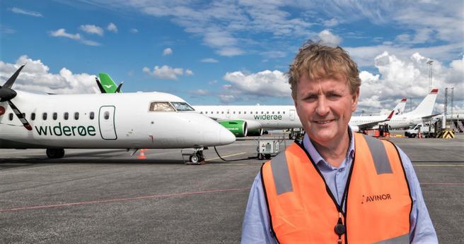 Elfly. Lufthavndirektør Helge Eidsnes foran noen av flyene som er oppstilt på Flesland.