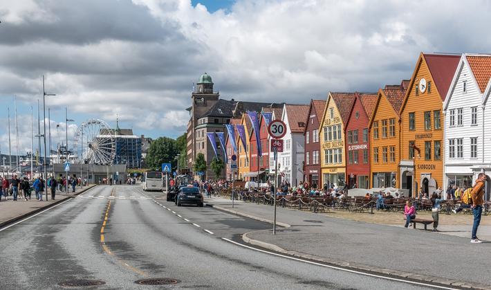 Bilde av Bryggen i Bergen, som sommeren 2020 har vært stengt for biler.