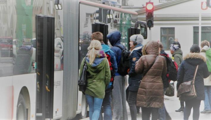 Korona rammer kollektivtrafikken. Det er «usikkert hvordan kollektivtransporten takler inntektstapet og hvor mye som kompenseres av myndighetene», poengterer artikkelforfatterne. «Faren kan være at tapet setter i gang rutekutt og takstøkninger, med påfølgende negativ inntektsspiral.» Illustrasjonsfoto: F. Dahl