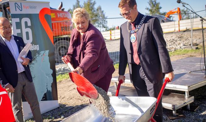 Motorvei til flyplass. Erna Solberg, statsministeren, hjalp til med byggestarten i dag. Foto: Nye Veier