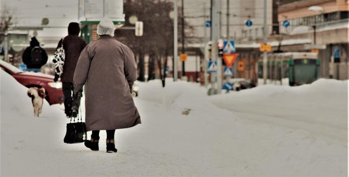 Vanskelige føreforhold for myke trafikanter. «Blank is og mye snø gjør det vanskeligere å ta seg frem, og dette går særlig ut over kvinner og eldre», skriver artikkelforfatteren. Illustrasjonsfoto: Mikko Saxlund /Scandinavian Stockphoto