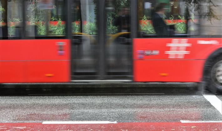 priser på kollektivreiser. «Dersom antall reiser i timene med rushtrafikk reduseres, kan antall eller størrelse på bussene reduseres, og slik reduseres kostnadene», skriver artikkmelforfatterne. «I tillegg reduseres kostnader knyttet til sjåfører, drivstoff og annet i rushtiden.» Foto: F. Dahl
