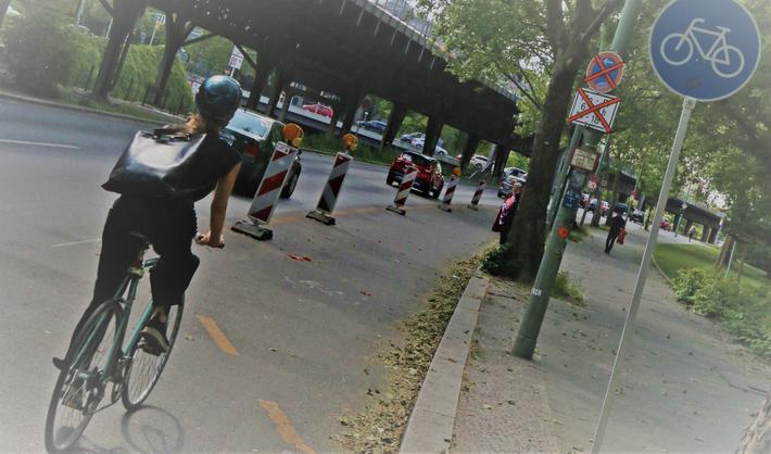 Korona og sykkelveier. Pop-up-sykkelveien ved Hallesches Ufer er blant de åtte sykkelveiene som forvaltningsdomstolen i Berlin mener er ulovlig anlagt.