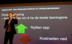 Annerledes NTP. Bildet bak ham sier mye om hva samferdselsminister Knut Arild Hareide, her under dagens møte med pressen, tenker seg om kommende Nasjonal transportplan (NTP). Foto: F. Dahl