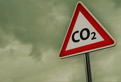 Dyrt å slippe ut CO2. «Mange – ikke minst økonomer – vil nærmest på instinkt hevde at overbeskatningen av CO2 er meningsløs, dyr og skadelig», skriver Lasse Fridstrøm. «Når vi vet at politikken gir samfunnsøkonomisk tap, må dette lede til omlegging. Men en slik slutning er en logisk kortslutning.» Illustrasjon: jro grafik /Scandinavian Stockphoto