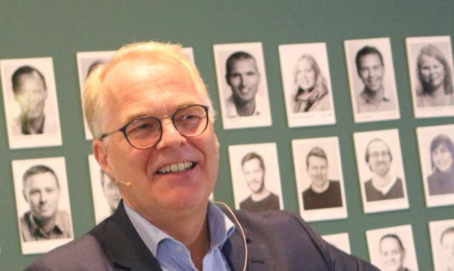 Ny TØI-sjef. Bjørne Grimsrud hadde, som det falt seg, bilder av TØI-folket i ryggen da han sto ansikt til ansikt med dem og ble presentert som deres nye sjef. Foto: F. Dahl