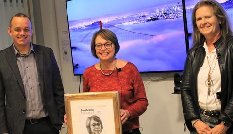 Moderne Transport-prisen 2020. Inger Beate Hovi fikk overrakt prisen av Øyvind Ludt, Moderne Transports redaktør, og juryleder Eirill Bø, dosent ved Handelshøyskolen BI. Foto: F. Dahl