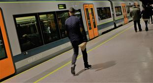 Korona gir færre togreiser. «Koronapandemien forsterker et behov for et rabatert billettslag hvor en betaler per reise, men ikke binder seg til en gitt periode», skriver artikkelforfatterne. Illustrasjonsfoto: F. Dahl