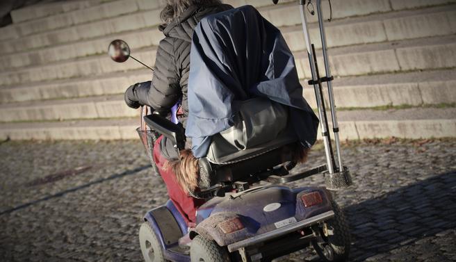 Maksfart for elektriske rullestoler. Fortere, men ikke like fort som elsparkesyklistene … Illustrasjonsfoto: BF Sandnes /Scandinavian Stockphoto